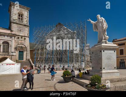 San Benedetto Monument, et façade, appuyé par un échafaudage, de basilique, détruits par les tremblements de terre, avril 2018 voir, à Norcia, Ombrie, Italie Banque D'Images