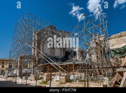 Façade, soutenu par un échafaudage, de la Basilique de San Benedetto, détruit par des tremblements de terre en octobre 2016, avril 2018, voir à Norcia, Ombrie, Italie Banque D'Images