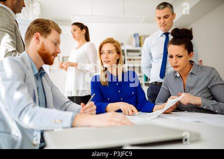 Les gens d'affaires ayant une réunion de conseil