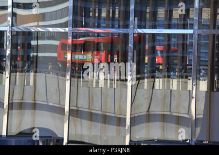 Les banlieusards, les employés de bureau et de trafic reflète dans verre bureau windows sur le pont de Londres, Londres, Angleterre, Royaume-Uni, PETER GRANT Banque D'Images