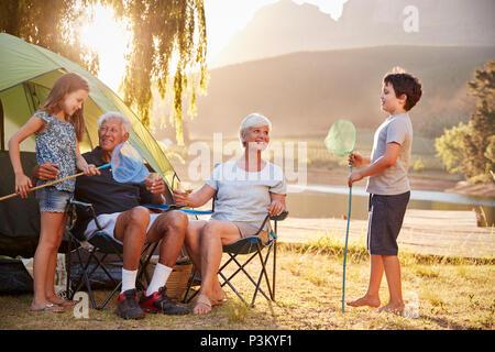 Petits-enfants avec leurs grands-parents sur les vacances de camping au bord du Lac Banque D'Images