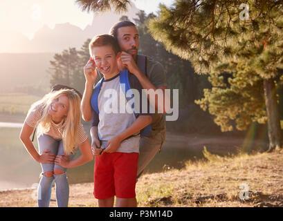 Portrait de famille Pulling Faces sur pied par Lake Banque D'Images
