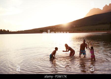 Bénéficiant de la famille le soir en campagne Lac Banque D'Images