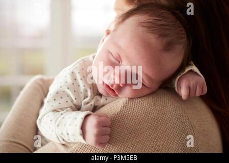 Close Up of newborn Baby Sleeping dormir sur l'épaule de mères Banque D'Images