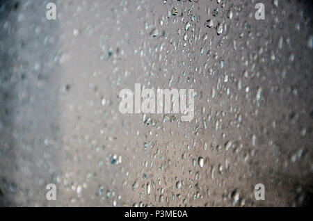 Image en arrière-plan des gouttes de pluie sur une vitre. Macro photo avec une faible profondeur de champ Banque D'Images
