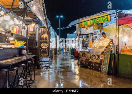BANGKOK, THAÏLANDE - 16 août: Scène de vendeurs de rue sur une nuit pluvieuse dans le célèbre marché de nuit Huamum qui est très populaire parmi les habitants sur Banque D'Images