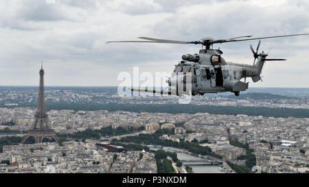Une armée de l'air hélicoptère EC-725 Caracal de l'Escadron Pyrénées 1/67 vole dans un exercice de ravitaillement le 11 juillet 2016, au-dessus de Paris, France. L'exercice était en préparation pour la fête nationale de la France, le jour de la Bastille, qui commémore le début de la Révolution française avec la prise de la Bastille le 14 juillet 1789. (U.S. Air Force photo de Tenley Navigant de première classe de long) Banque D'Images