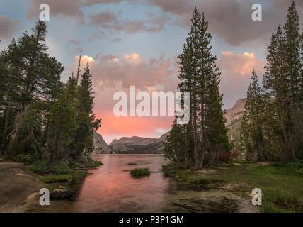Coucher de soleil au Lac Tenaya et la Sierra Nevada, Yosemite National Park, Californie