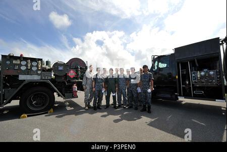 Japan Air Self Defense Force policiers observer le 18e Escadron de préparation logistique, 21 juillet 2016, à Kadena Air Base, au Japon. La visite est l'occasion pour le réseautage professionnel tout au long de l'Okinawa fossiles communauté et également d'échanger des idées sur les méthodes les plus efficaces pour la livraison de l'équipement et le carburant aviation. (U.S. Air Force photo par Naoto Anazawa) Banque D'Images