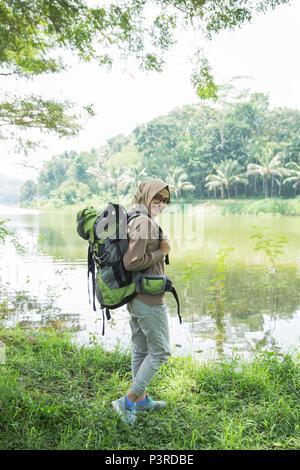 Randonnée randonneur femme sur sentier de montagne Banque D'Images