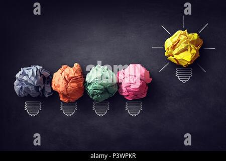 Bonne idée concept boule de papier froissé lightbulb sur tableau noir Banque D'Images