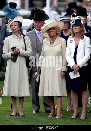 Anne, princesse royale (à gauche), Prince de Galles, le Prince Charles et la duchesse de Cornouailles Camilla regardez la Wolferton Stakes au cours de la première journée de Royal Ascot à Ascot Racecourse.