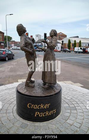 Cracker packers statue en dehors de United Biscuits biscuiterie carrs mcvities maintenant dans le marché Rhône-alpes Carlisle Cumbria England UK