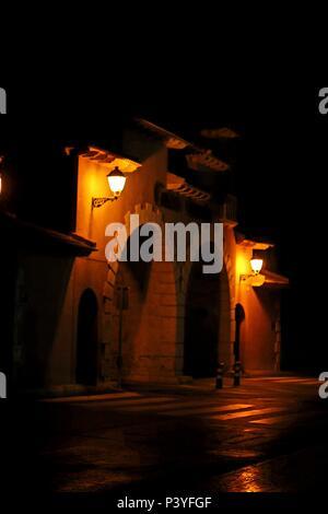 La Photographie de rue -triple nuit sous la voûte, près de la jonction et passage à niveau après la pluie. Banque D'Images