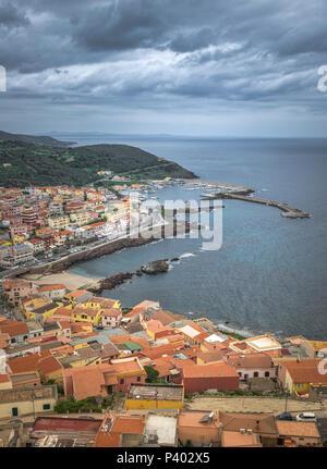 Vue depuis les montagnes de la ville de Castelsardo en Sardaigne, île appartient à l'italie Banque D'Images