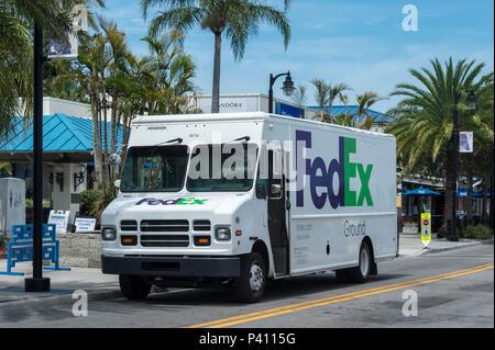 FedEx Ground van stationné dans la rue, Tarpon Springs, Florida, USA Banque D'Images