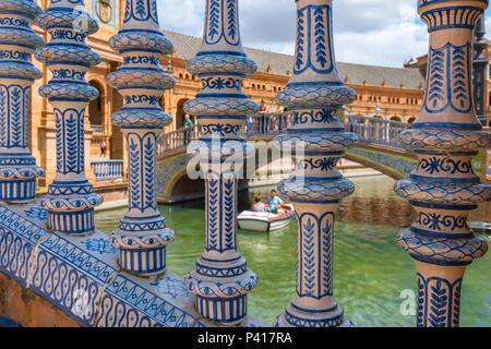 Plaza de España de Séville, détail des balustres de céramique colorée d'un pont enjambant le lac de la Plaza de España, Séville, Andalousie, espagne. Banque D'Images