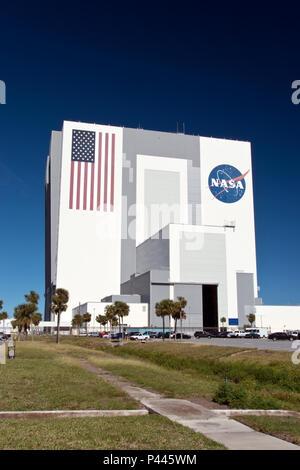 Le bâtiment d'assemblage du véhicule (VAB) au Centre spatial Kennedy de la NASA, construit pour l'assemblage de véhicules spatiaux tels que la Saturn V et la navette spatiale. Banque D'Images