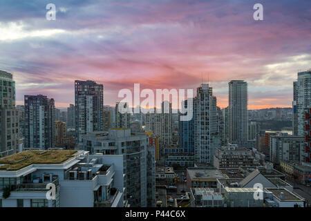 Lever du soleil sur la ville centre-ville de condominiums Vancouver BC British Columbia Canada Banque D'Images