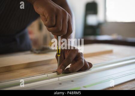 Section intermédiaire de Carpenter à clouer dans cadre en métal Banque D'Images