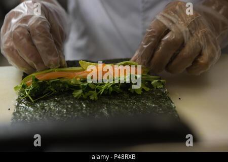 Senior chef de la préparation des sushis dans la cuisine Banque D'Images