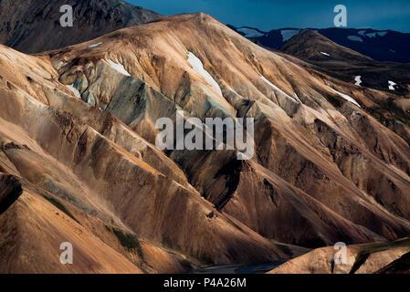 Montagnes de couleur avec de la neige dans les hautes terres d'Islande, Landmannalaugar, le sud de l'Islande, Islande Banque D'Images