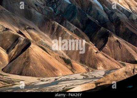 Montagnes de couleur avec une rivière dans les hautes terres d'Islande, Landmannalaugar, le sud de l'Islande, Islande Banque D'Images