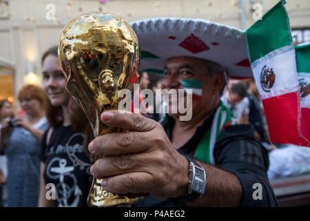 Moscou, Russie. 21 Juin, 2018. Les fans de football mexicain cheer sur rue Nikolskaïa pendant le tournoi de la Coupe du Monde à Moscou, Russie