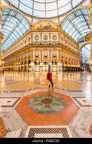 Femme marche dans la galerie Vittorio Emanuele II shopping mall, Milan, Lombardie, Italie Banque D'Images