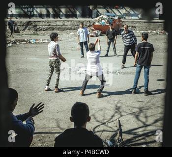 Entrepôt à Belgrade, en Serbie. En mars, le nombre de réfugiés, principalement d'Afghanistan et le Pakistan est en hausse. De plus en plus d'enfants et de jeunes sont arrivés. Volontaires de différents pays sont l'organisation de projets dans et autour de l'entrepôt, en fournissant de la nourriture et des vêtements et du bois et d'ateliers. Au cours des derniers mois une infrastructure adéquate de solidarité s'est développée dans ce domaine au coeur de Belgrade.