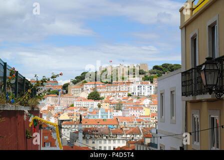 La colline du château dont la cité médiévale le château Sao Jorge . Banque D'Images