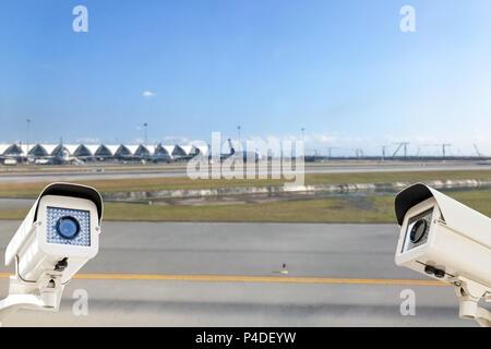 La caméra de sécurité CCTV fonctionnant en arrière-plan de la piste de l'aéroport.