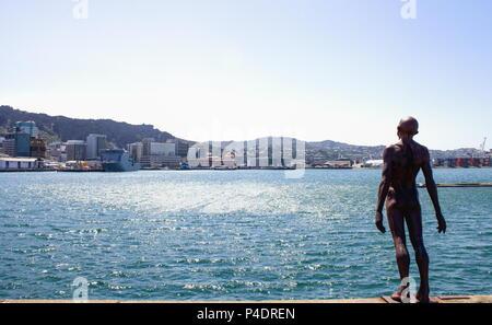 Wellington, Nouvelle-Zélande - 13 Février 2016: Wellington Harbour un jour d'été avec patte Max's iconic 'Solace dans le vent' statue en premier plan Banque D'Images