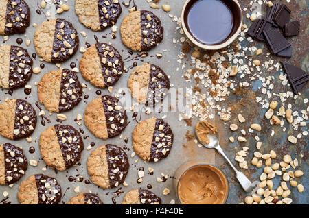 Beurre de cacahuète fait maison et les cookies au chocolat noir Banque D'Images