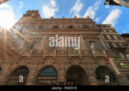 Vérone, Italie - 26 mai 2017: Beau bâtiment résidentiel à Piazza Erbe dans la ville italienne de Vérone avec rayons de Banque D'Images