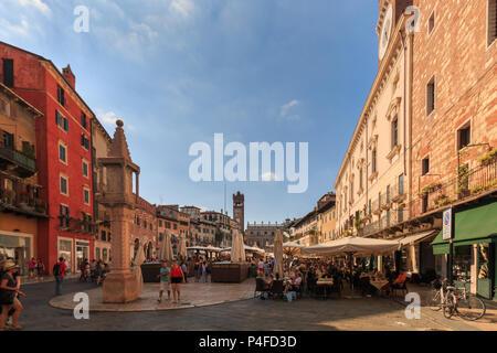 Vérone, Italie - 26 mai 2017: bâtiments d'habitation et de magasins à Piazza Erbe dans la ville italienne de Vérone Banque D'Images