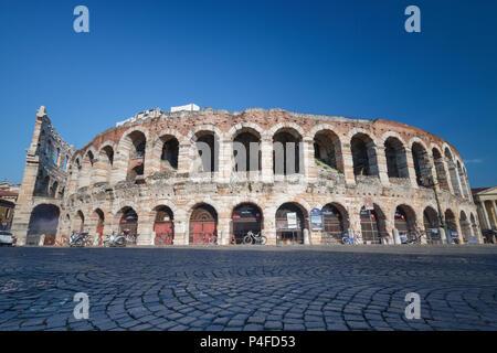 Vérone, Italie - 26 mai 2017: vue extérieure de l'Arène de Vérone de la Piazza Bra, un ancien amphithéâtre romain (Arène de Vérone) Banque D'Images