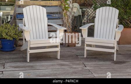 Deux chaises blanches sur un pont dans Palma de Majorque Banque D'Images