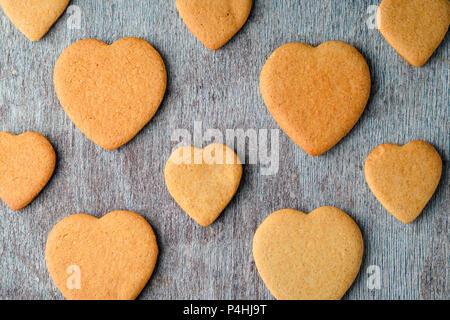 Un modèle de biscuits au gingembre gris sur une table en bois. Vue de dessus Banque D'Images