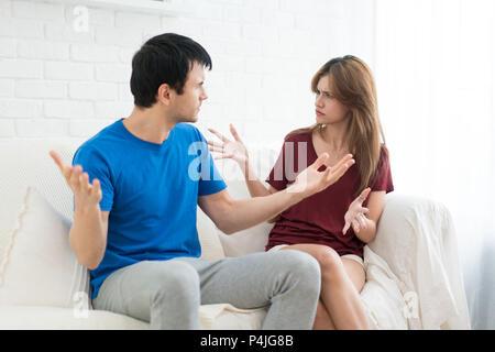 Couple having argument conflit, mauvaises relations. Femme Homme qui crie en colère fureur stress dans chambre.