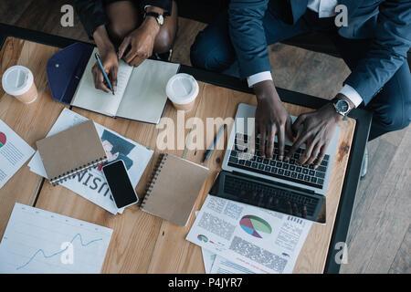 Vue de dessus de business partners in cafe Banque D'Images