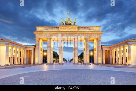 Berlin - Porte de Brandebourg dans la nuit Banque D'Images