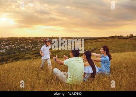 Happy Family having fun à jouer sur l'herbe dans la nature. Banque D'Images