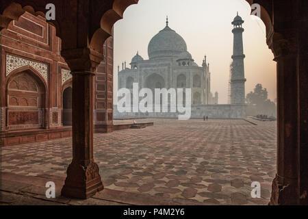 Taj Mahal juste après le lever du soleil. Il peut à peine être vu en raison de la forte pollution de l'air dans la région d'Agra Banque D'Images