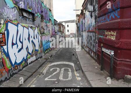 Une rue latérale couverte de graffiti dans la région de Stokes Croft, Bristol, Angleterre. Banque D'Images