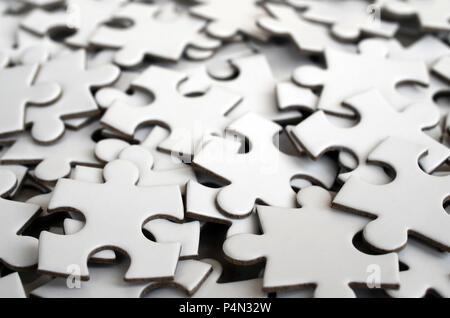 Close-up of a pile inachèvement des éléments d'un puzzle blanc. Un grand nombre de pièces rectangulaires d'une grande mosaïque blanc Banque D'Images
