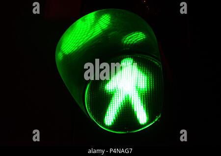 Photo de nuit d'un feu de circulation pour les piétons, qui s'allume en vert . Banque D'Images