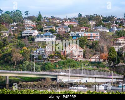Banlieue résidentielle maisons sur la colline parlementaire à Trevallyn -- une banlieue à Launceston, en Tasmanie en Australie Banque D'Images