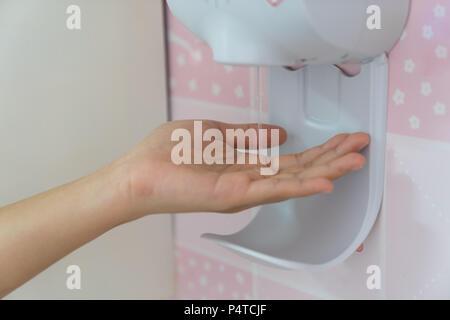 Fermer la recherche automatique de désinfectant pour les mains, à l'hôpital, les concepts de soins de santé. Banque D'Images