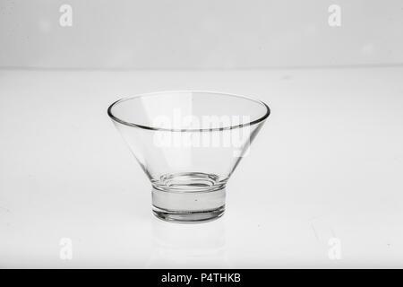 Différents objets en verre, des vases, des plaques pour les sauces, etc.